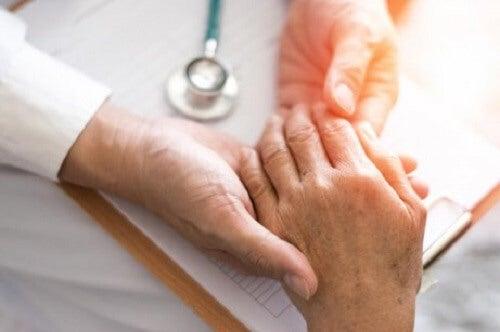 De symptomen van reumatische artritis bestrijden