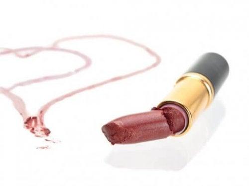 Hoe je je kapotte lippenstift kunt hergebruiken