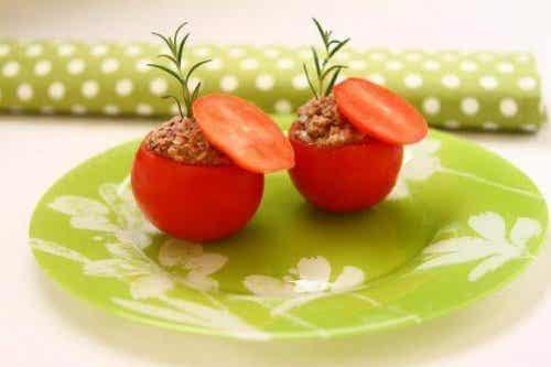 Gevulde tomaten met tonijn: een licht en heerlijk recept