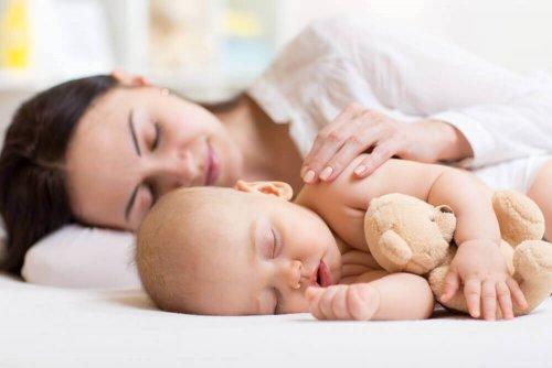 Moeder slaapt met baby