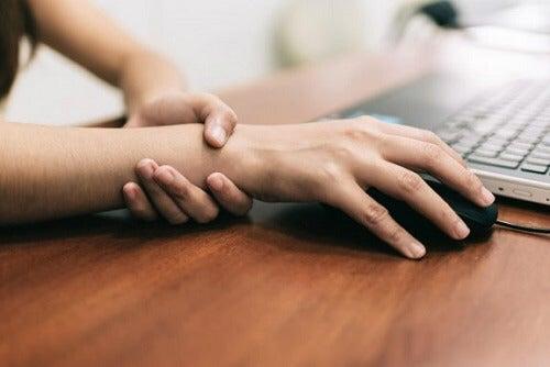 Vijf doeltreffende oefeningen tegen pijn bij carpaletunnelsyndroom
