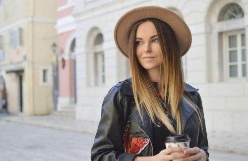 Een vrouw draagt een hoed als bescherming tegen de zon
