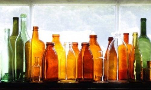 Gerecyclede flessen als tuindecoratie