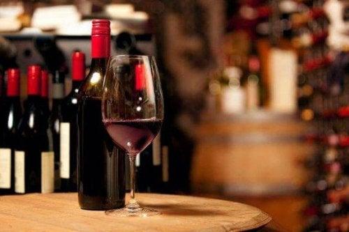Glas en flessen met rode wijn