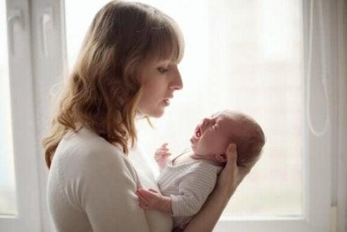 Hoe kalmeer je een baby die blijft huilen?