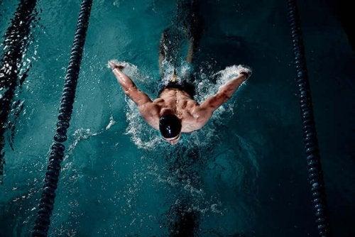 man in het zwembad