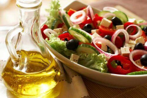 Een salade met olijfolie om je ideale gewicht te bereiken
