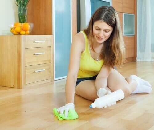 Vrouw maakt de vloer schoon