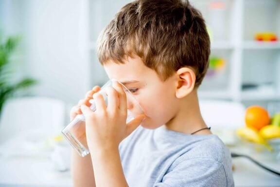 Jongen drinkt een glas water