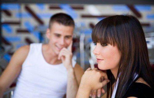 iemand met een partner kijkt anders naar je