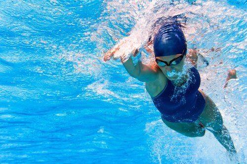 Vrouw zwemt onder water in een zwembad