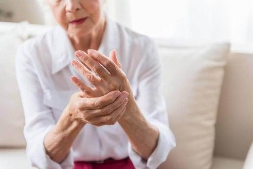 Artritis en spierpijn behandelen met een siroop met gember en olijfolie