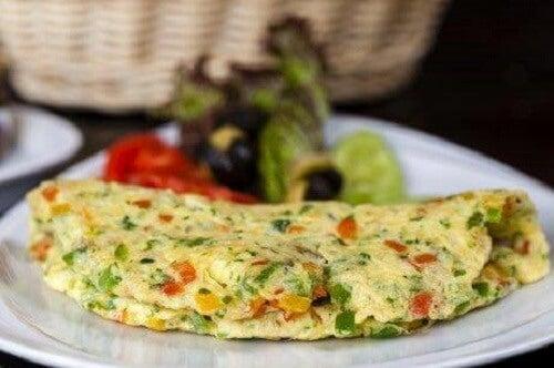 Een Franse omelet met kaas ham en broccoli