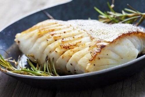 Gebakken zeebaars met aardappelen en ui