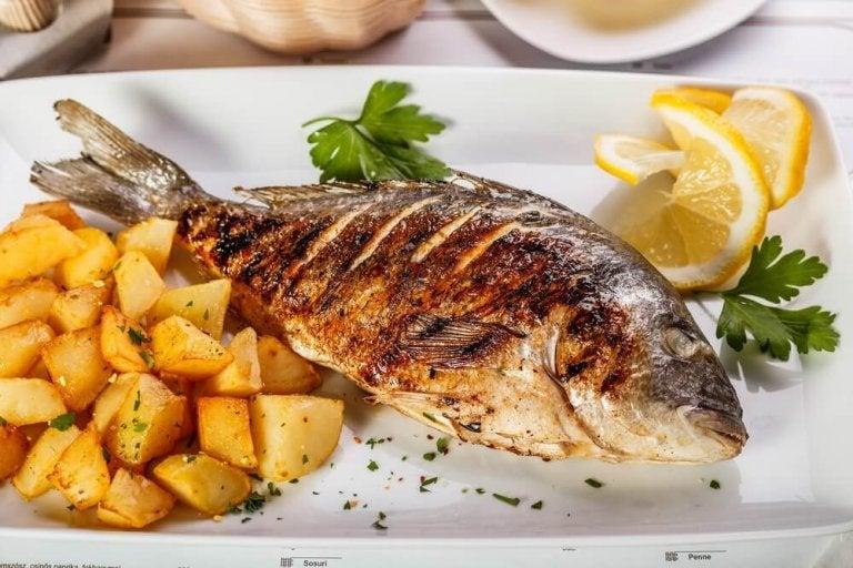 Heerlijke zeebaars met aardappelen en ui uit de oven