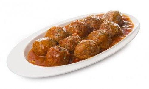 Heerlijke zelfgemaakte gehaktballetjes in Spaanse saus