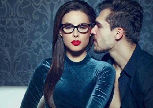 Hoe trek je de aandacht van een man zonder opdringerig te zijn?