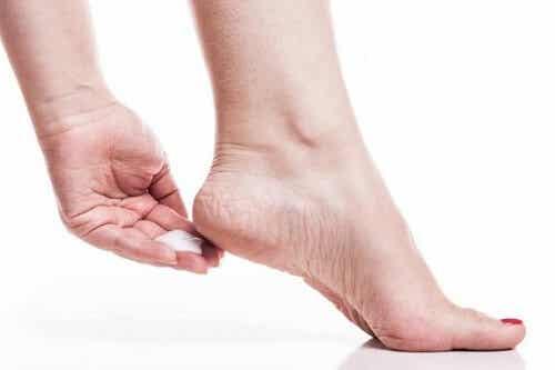 Huisremedies om eelt op de voeten te verwijderen