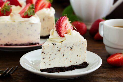 stuk oreo cheesecake met een aardbei