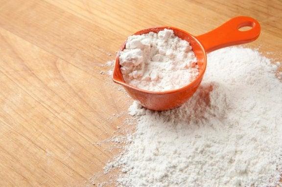 Witte azijn en maiszetmeel om zweetvlekken te verwijderen