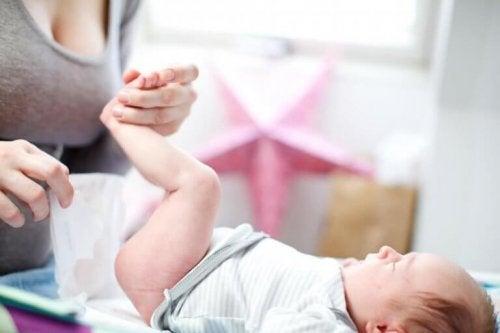 moeder verschoont een baby