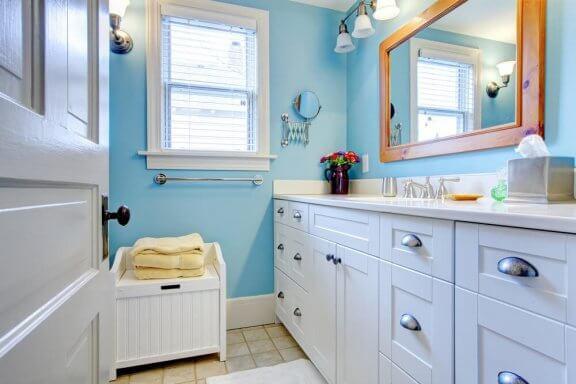 Badkamerkasten en een spiegel