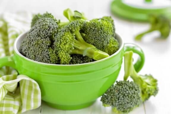 groen schaaltje met broccoli