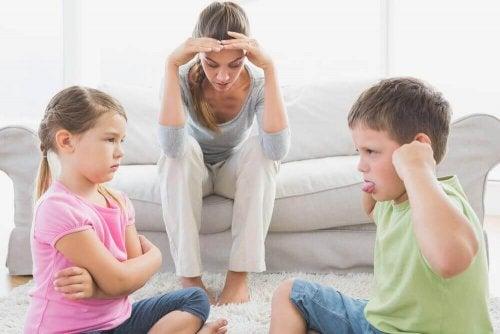 vermoeide moeder door ruzie makende kinderen