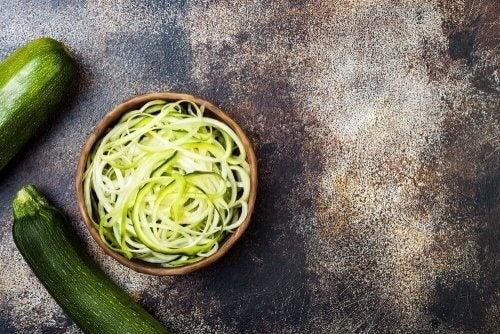 spaghetti van courgette met witte saus