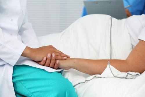 Dokter die moeder geruststelt