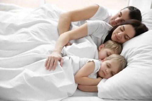 Kinderen die in hetzelfde bed als hun ouders slapen