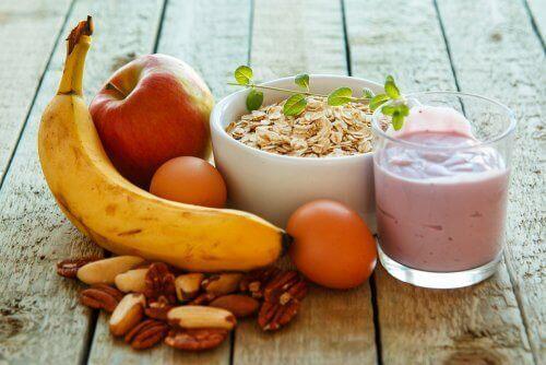 Een gezond ontbijt met fruit en zuivel