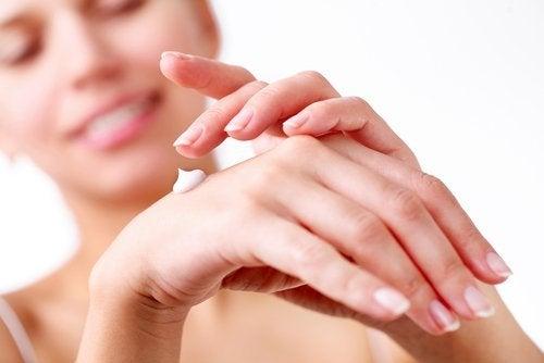 Vrouw brengt crème aan op de handen