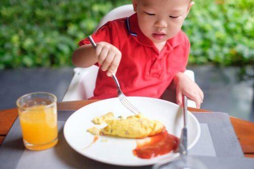 Kind dat eieren eet