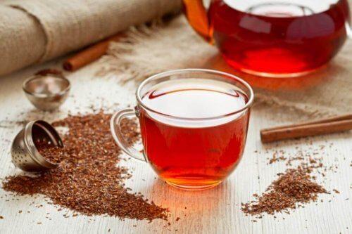 Kopje en kan met rode thee