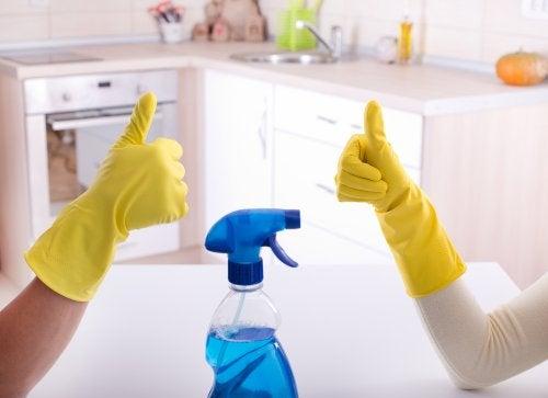 leer je partner om iets in het huishouden te doen