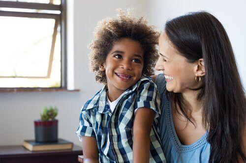 moeder en zoon lachen samen