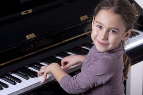 Jong meisje speelt piano