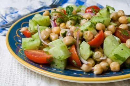 Vier heerlijke recepten om een salade van kikkererwten te maken