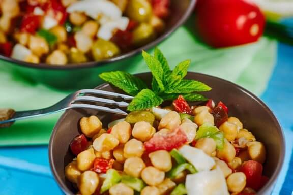 vork in een schaaltje met salade