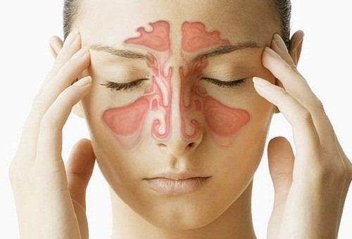 Een vrouw met een sinusinfectie