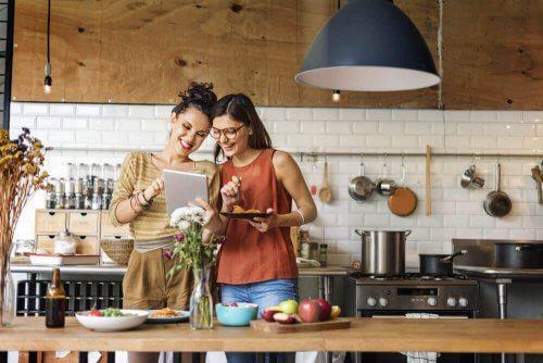 Twee kokende vrouwen