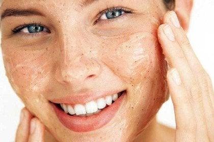 vrouw met masker voor een gezonde huid