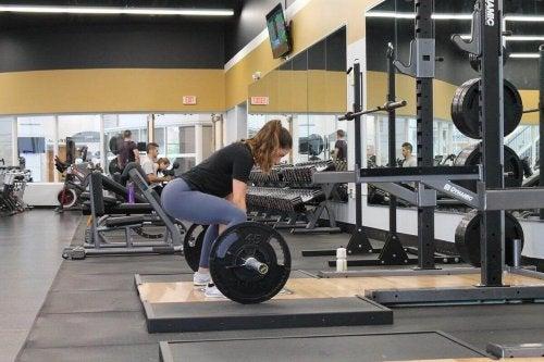 vrouw gaat gewicht heffen
