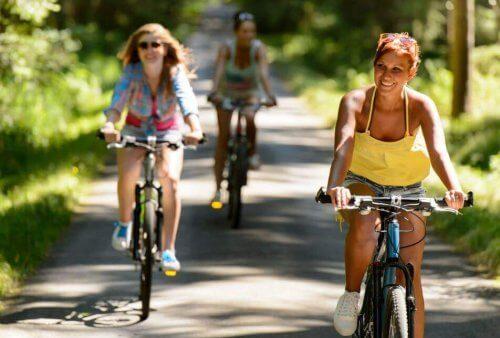 vrouwen zijn aan het fietsen