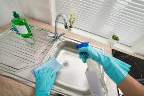Zes manieren om thuis je wasbak te desinfecteren