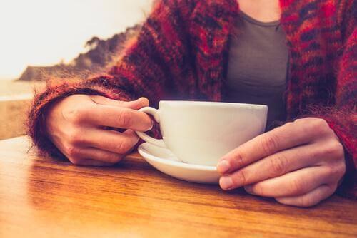 De voordelen van het minderen van koffie