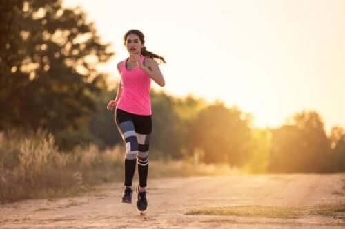 Vrouw loopt hard op verharde weg