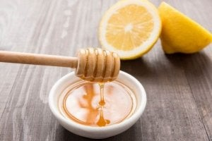 Dranken tegen keelpijn met honing en citroen