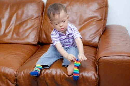 Peuter doet zijn eigen sokken aan